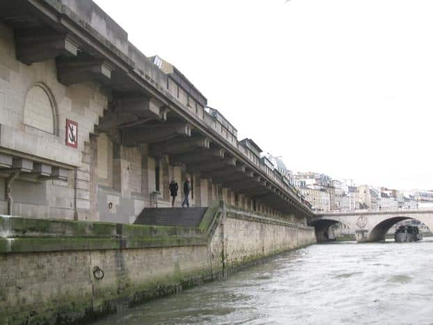 Romantic walk in the Seine banks of Paris