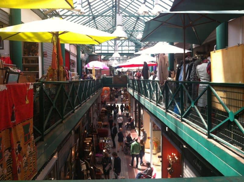 생투앙 벼룩 시장 (Saint-Ouen Flea Market) 내의 도핀느 마켓(Dauphine Market)에서 찾을 수 있는 중고 할인숍들