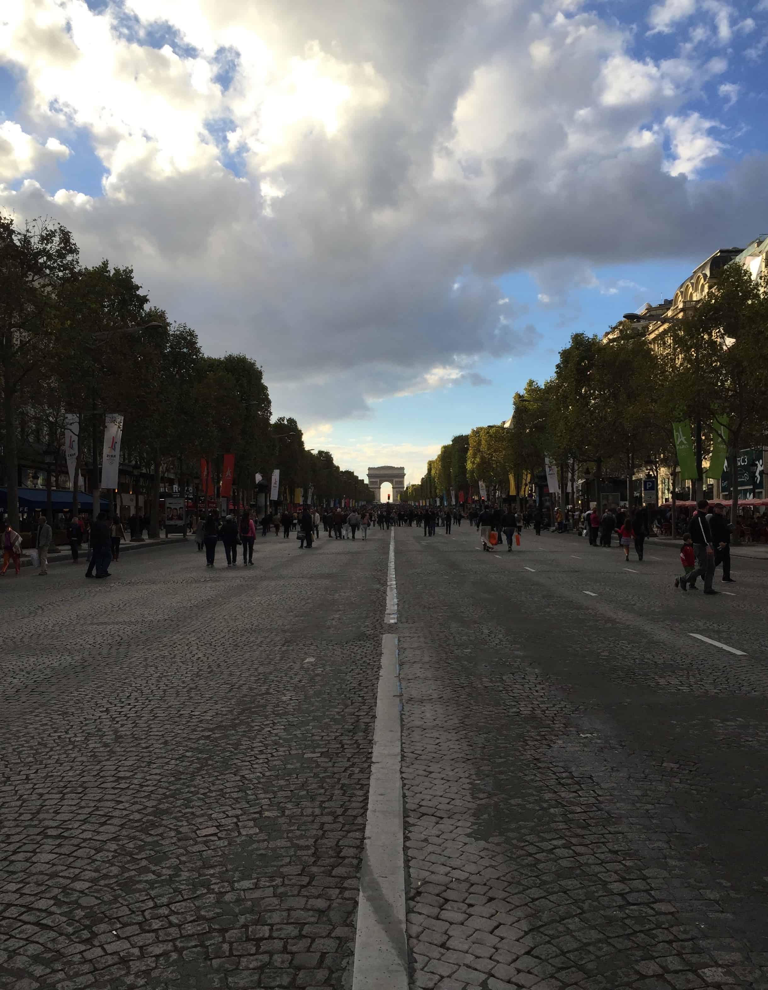 Arc de Triomphe in Parijs vanaf Champs Elysées