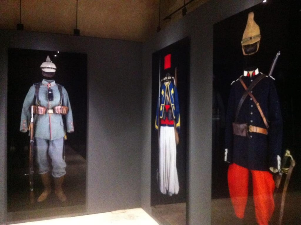 Military uniforms in der Arc de Triomphe